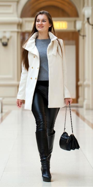 elegantes Outfit mit Mantel und Tasche